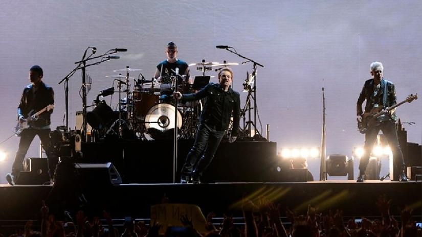 Así fue la caída que sufrió Bono durante un concierto de U2