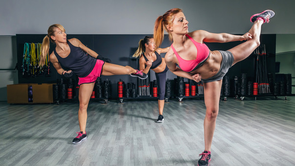 El kick boxing está de moda porque además de tonificar el cuerpo aprendes sobre defensa personal.