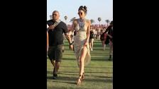 Kendall Jenner, con un vestido boho y gafas de sol, pasea resguardada por un guardia de seguridad