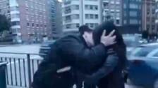 Youtuber recibe multa por besar sin permiso a desconocidas