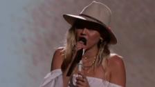 Miley Cyrus terminó llorando en el esperado debut de Malibú