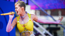 Para China, el espectáculo de Katy Perry es poco apto para la sociedad, por lo que fue cancelado en el país. Pero además de eso, la cantante causó controversia al lucir un vestido con estampado de girasoles, los cuales representan tensiones entre Taiwán y China.