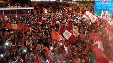 Perú vs. Argentina: hinchas peruanos cantan himno nacional en calles argentinas