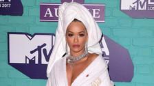 MTV EMA 2017: Rita Ora sorprende con insólita bata en la alfombra roja
