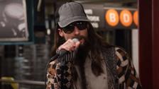 Video | Maroon 5 sorprende tocando en una estación y enloquece a los fans