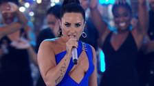 Demi Lovato comparte beso con una de sus bailarinas durante concierto