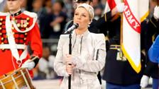 Pink cantó el Himno Nacional en el Super Bowl y así reaccionaron en las redes sociales