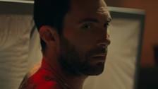 Adam Levine paga caro por sus errores en el nuevo video de Maroon 5