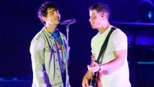 Los Jonas Brothers se reunieron en el escenaro y así se emocionaron las fans