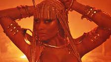 Nicki Minaj se convierte en la reina del desierto en Ganja Burn